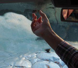 IJs op de ramen van onze VW-bus van 4 op 5 december. Aan de buitenkant, hoor!